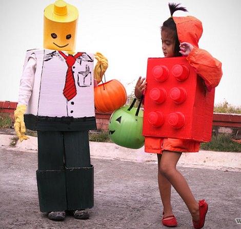 disfraz de muñeco y bloque de lego