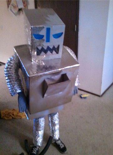 disfraz reciclado de robot para halloween