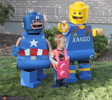 Familia con disfraces de Lego