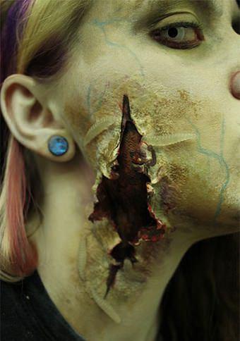 los disfraces más terroríficos de halloween herida con gusanos